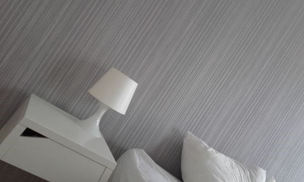 Behangelijk. bolletjes behangpapier grijs dekens Wallcoverings